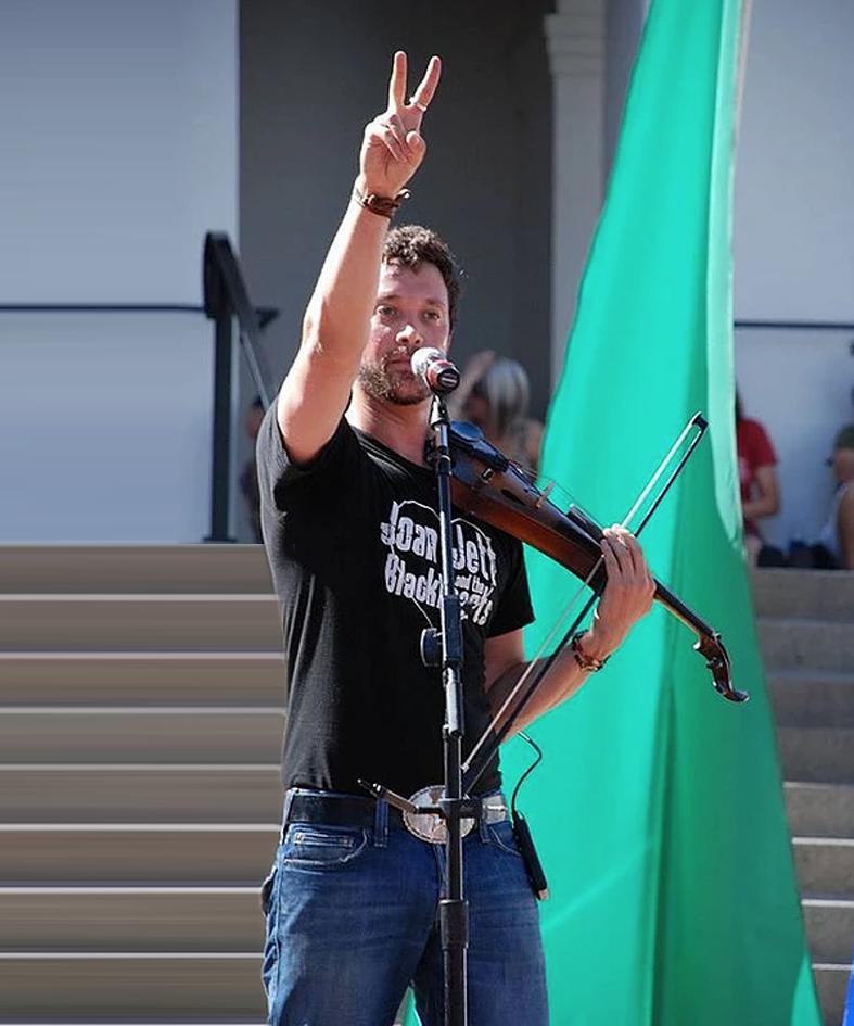 Josh-Zuckerman-on-stage